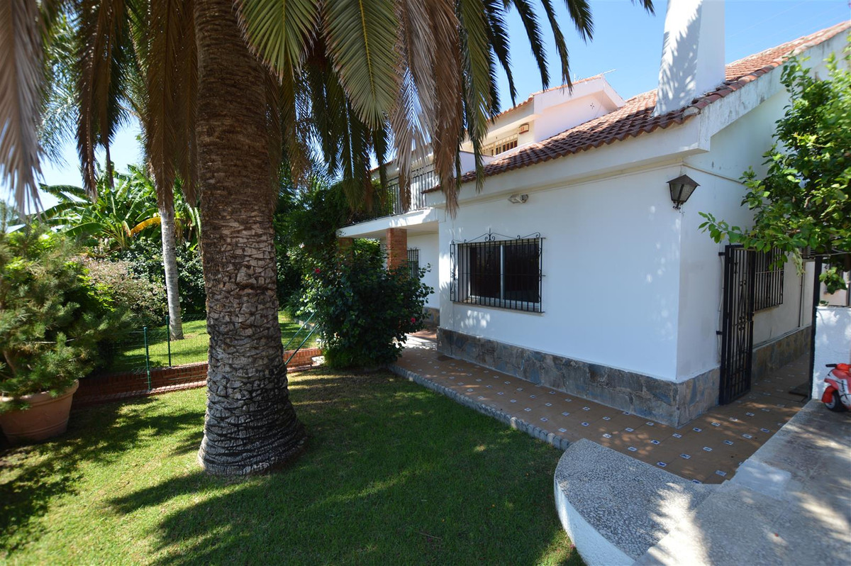 OPPORTUNITY VILLA IN LOS BOLICHES - Detached villa distributed on two floors, ground floor with entr, Spain