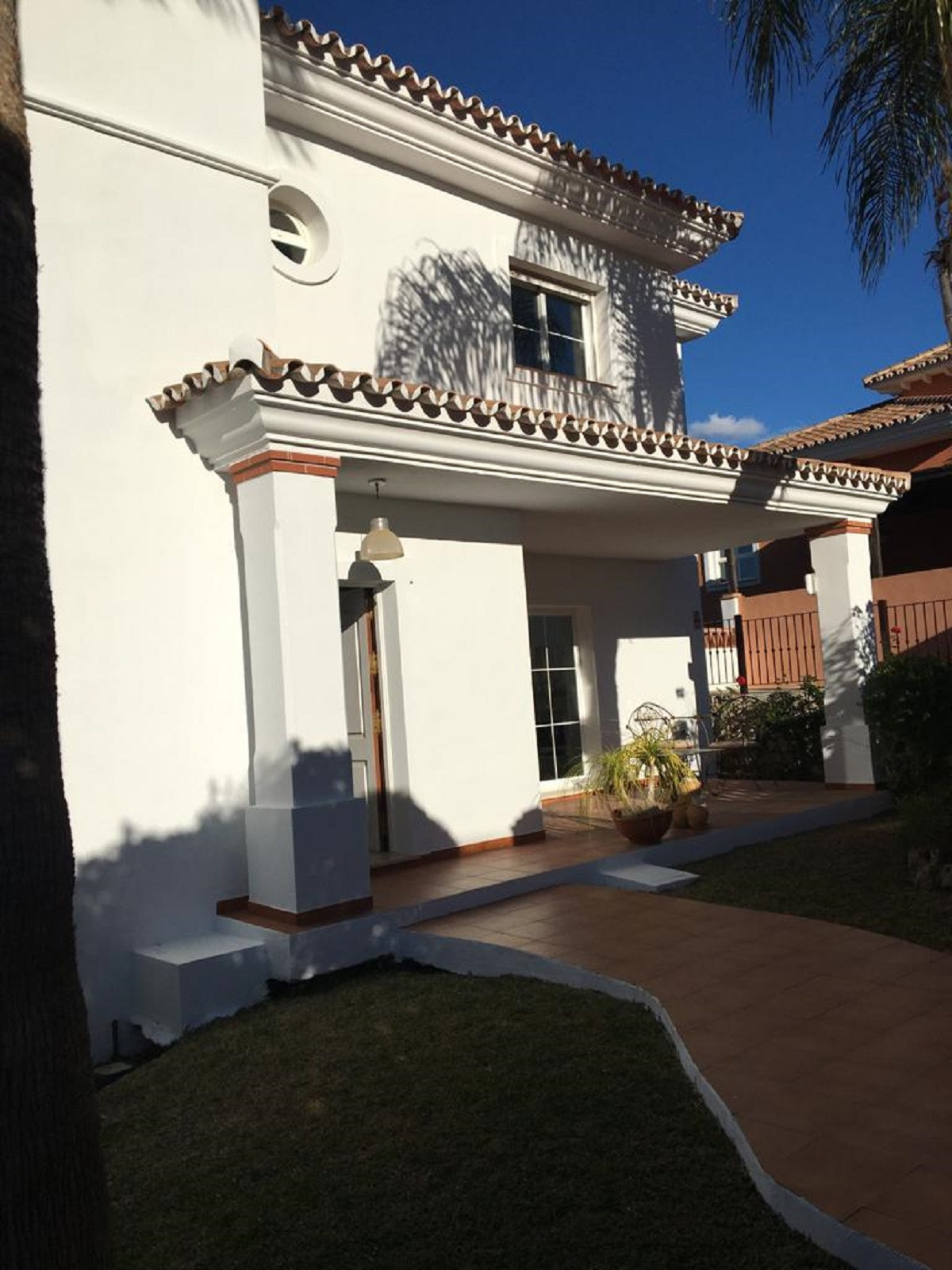 Wonderful 4 bedroom house with 280 sq.mts. built in 3 floors. Just walked in we find at the left han, Spain