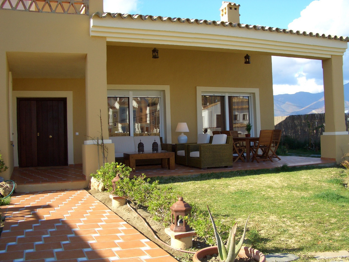 Magnificent villa of 320 m² on plot of 865 m², consisting of 4 bedrooms with fitted wardrobes, 3 bat,Spain