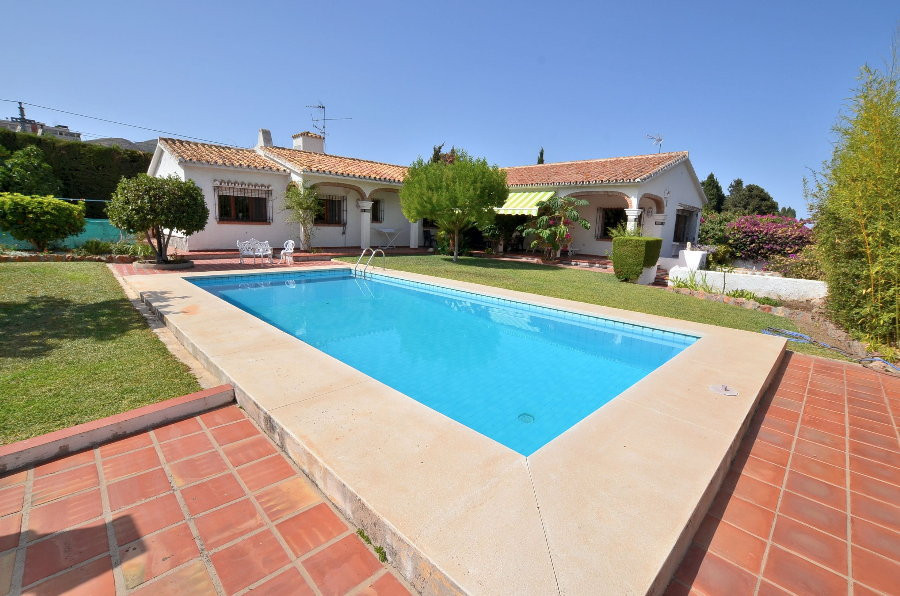 VILLA WITH HUGE PLOT OF 1.560 M2! Located in Montemar (Torremolinos). ONE LEVEL VILLA. At only 600 m,Spain