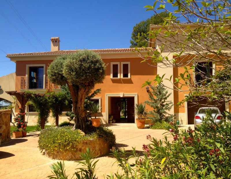 Sublime, finca style, villa in picturesque village just 12km from the Alicante coastline.  This 2007, Spain