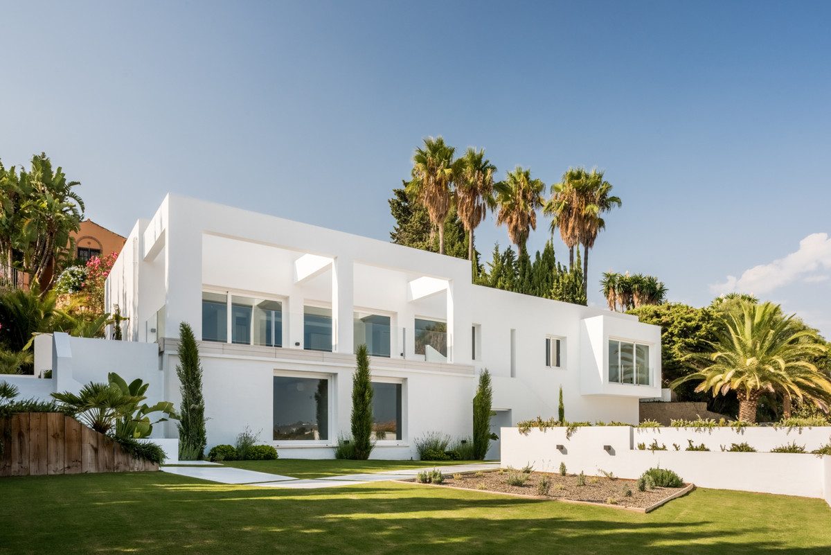 Superb luxury modern villa situated in the well known Paraiso Alto area, with southwest facing golf , Spain