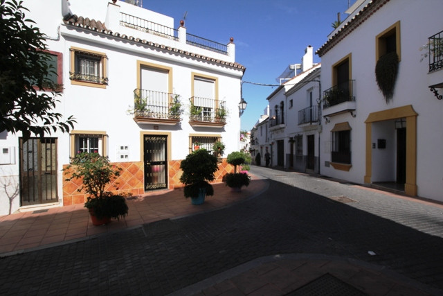 Plot with ruins in the historical center. Close to all the amenities, restaurants, shops and 400m to, Spain