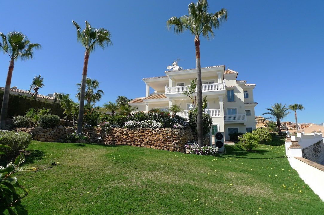 Stunning villa completely refurbished like new built on a plot of 1.286m2. Built on two floors has 3,Spain