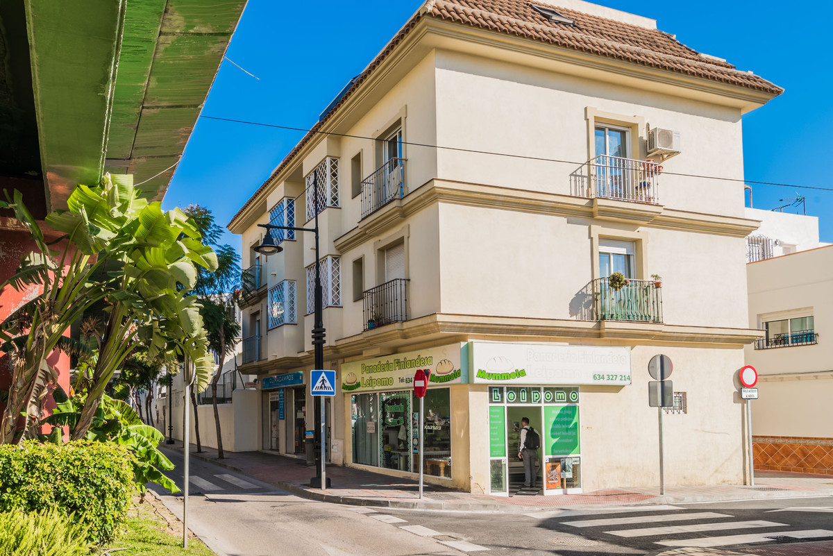 Nice two bedroom apartment on sale in centre of Los Boliches, Fuengirola. Apartment has one bathroom, Spain