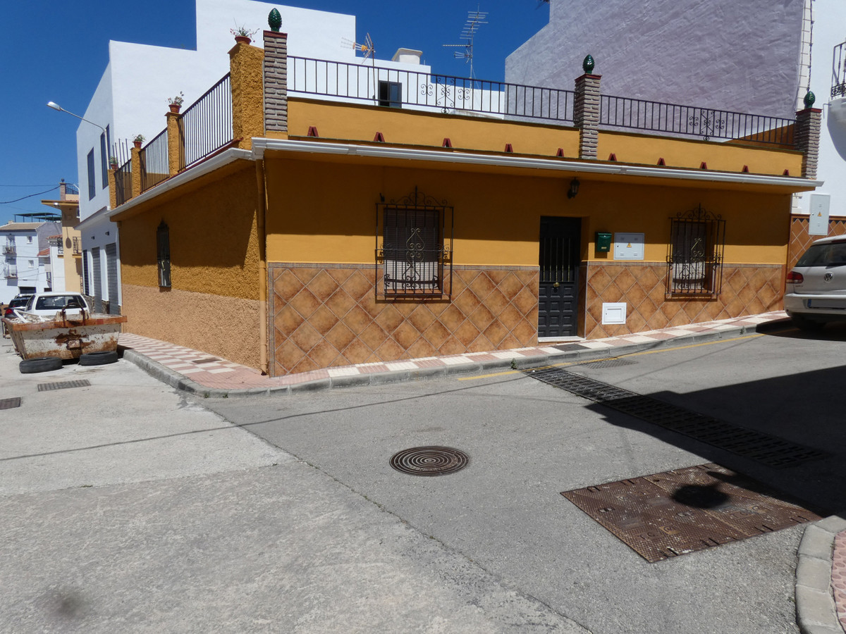Spacious one-storey house in the centre of Alhaurin el Grande. The property is on the corner of a ve,Spain