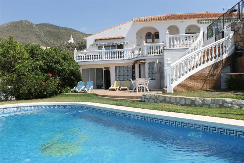 This Villa which is situated in a gated community was totally reformed in 2008. Comprising of (in to, Spain