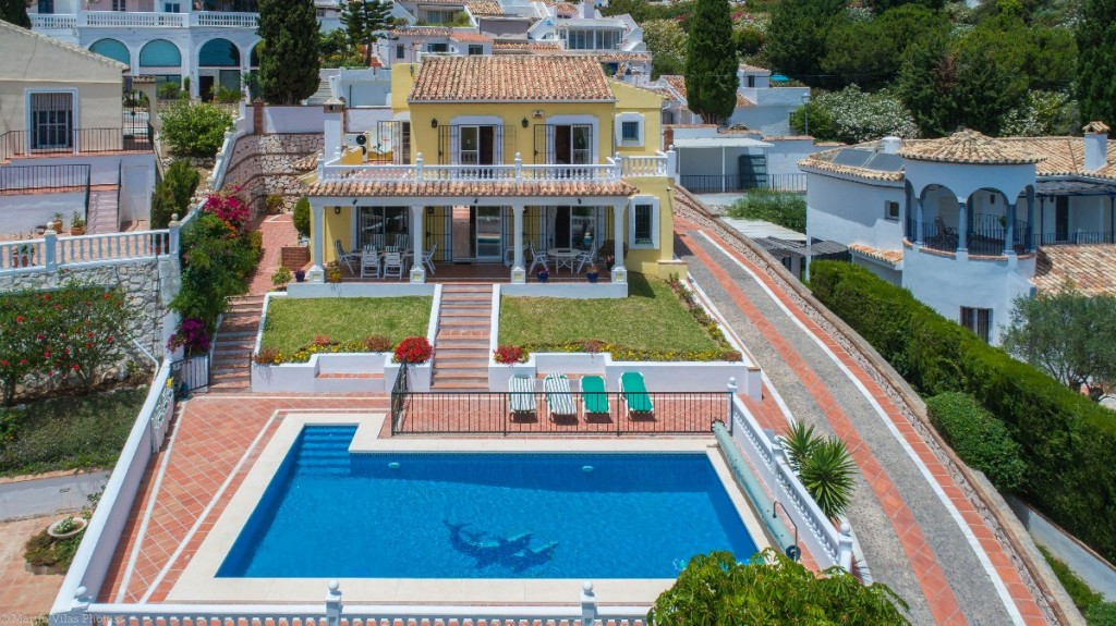 RECENT REDUCTION FROM 645.000€ TO 560.000€!!  Villa very well built with sea views, situated in resi,Spain
