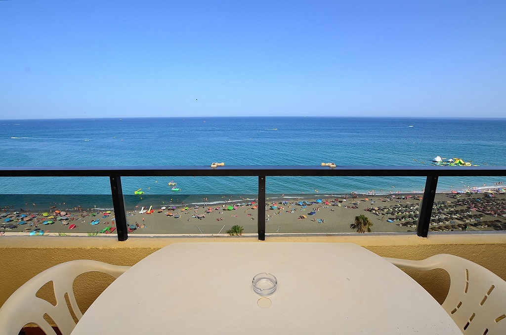 FRONT LINE TOP FLOOR APARTMENT WITH BREATHTAKING VIEWS! Located in Fuengirola, at only 600 mts from , Spain
