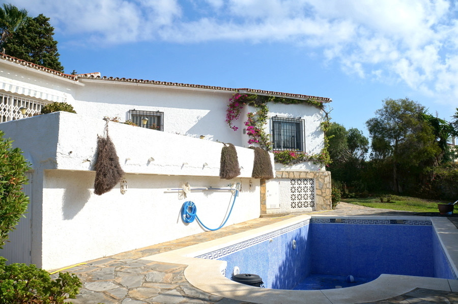 This is a classic design 90s villa. A family home since built .In a prime location with sea views ou,Spain