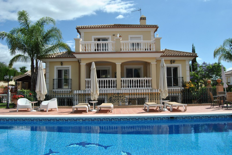 This is a superb 5 bedroom luxury villa situated only 20 minutes drive from the beach. Situated on t, Spain