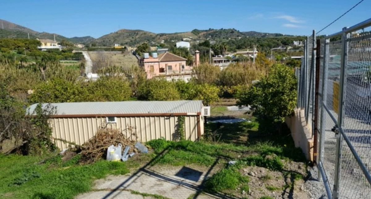 MAGNIFICENT RUSTIC FIELD IS ON SALE WITH A BARGAIN PRICE. WITH POOL ALREADY DONE. Land, Estepona, Co,Spain