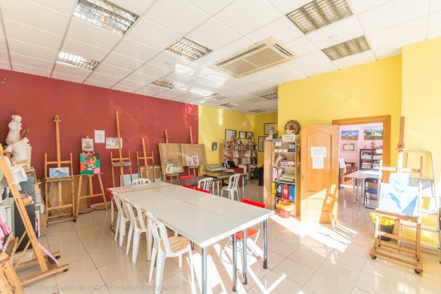 Large commercial premises in Dona Ermita ideal as offices, academies, shops, etc.  It is distributed,Spain