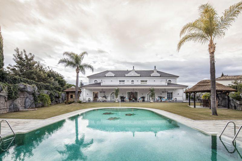 An impressive and unique villa 1.500 sq.m located in a very quiet cul-de-sac in Sotogrande, offering,Spain