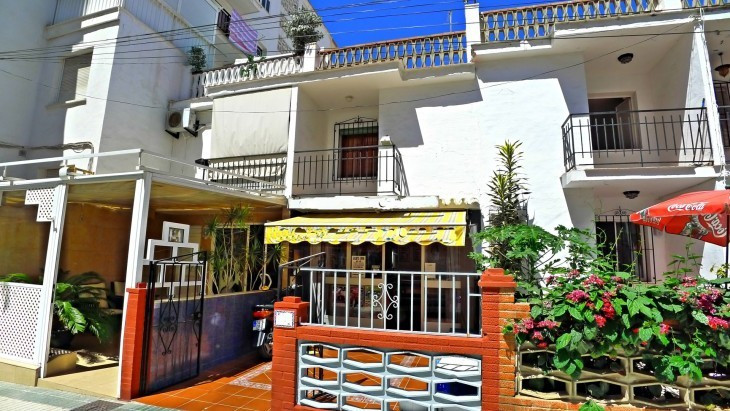 Fantastic central renovation project townhouse with sunny terraces only 200m from the beach. In an e,Spain