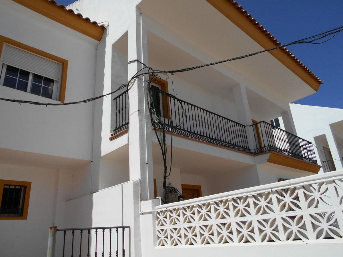 Spacious townhouse in the area of San Pedro Alcantara in Marbella. On a plot of 240 m2 the property ,Spain
