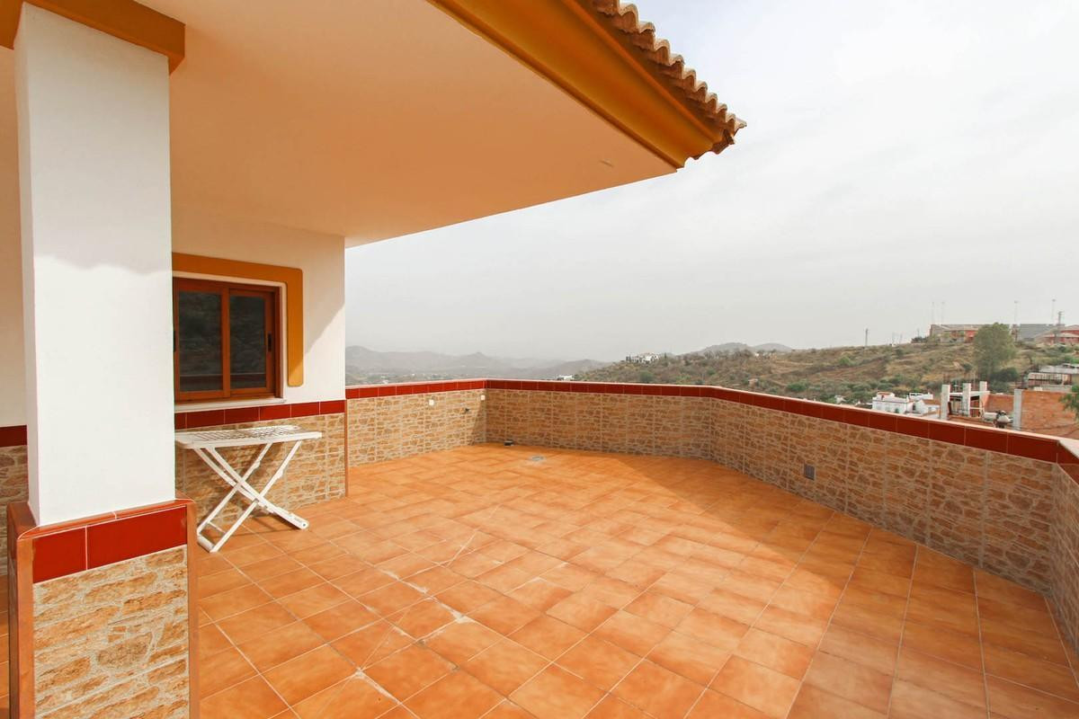 Modern and fresh apartment in Guaro with spacious communal terrace.  A blank canvas for its new owne, Spain