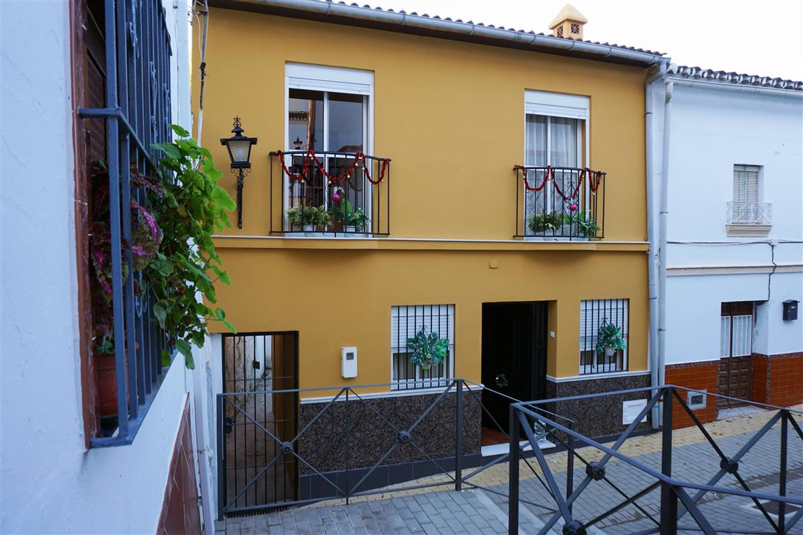 Beautiful townhouse in the centre of Alhaurin el Grande. The property is distributed over two floors,Spain