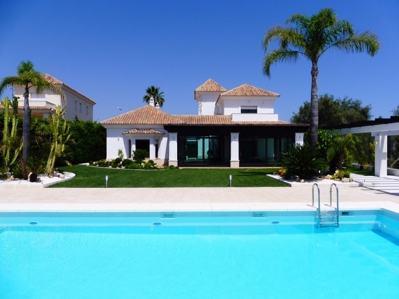 Elegant villa situated in the prestigious urbanization Santa Clara Golf with 24 hour security, close, Spain