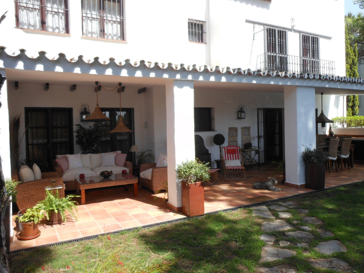 Impeccable townhouse located in Nueva Andalucia, in sought after and consolidated urbanization next , Spain