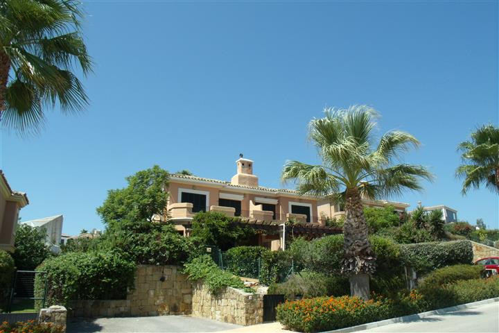 Nice townhouse close to the Village with views to the sea and Gibraltar. This property has recently ,Spain