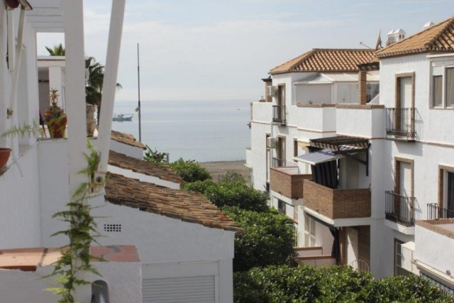 Townhouse that has distributed over two floors.  One the first floor the property offers an entrance, Spain