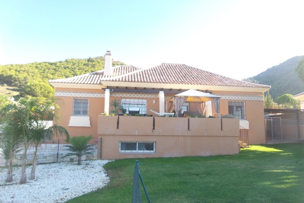 For sale  one floor  very well mantained  villa , on a fenced plot of 1.080sqm with spacious terrace,Spain