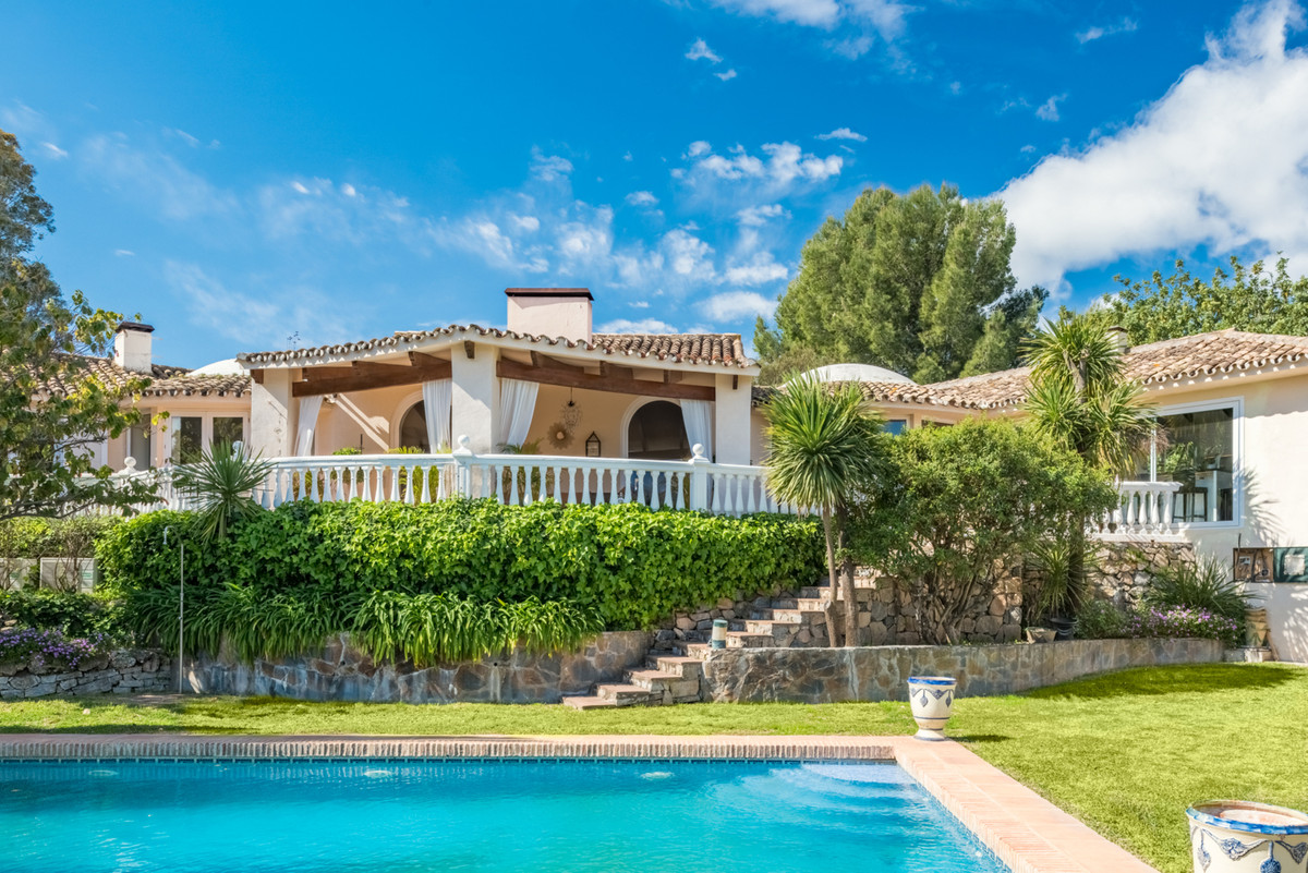 Set in the hills of the Benahavis area, this beautiful villa offers the country living feel only fiv, Spain