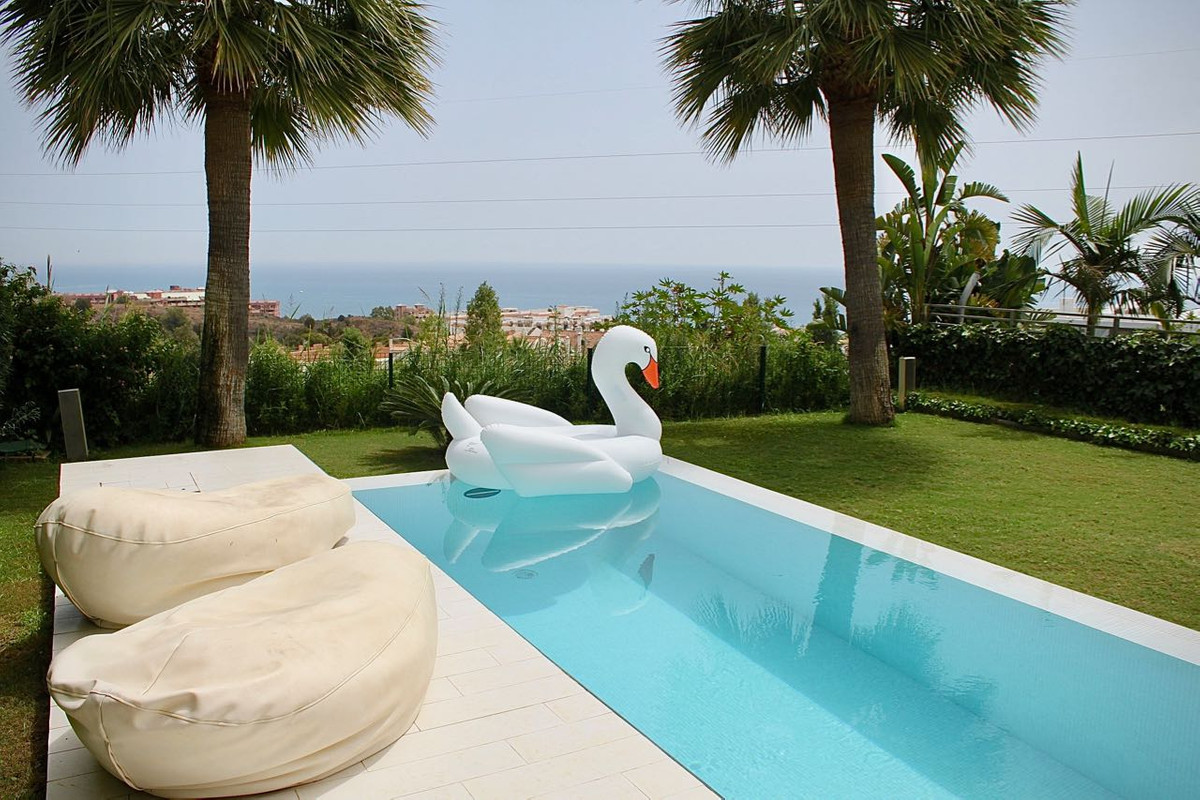 This contemporary Villa have a distribution of 4 bedrooms 3 bathrooms and open kitchen. Very bright ,Spain