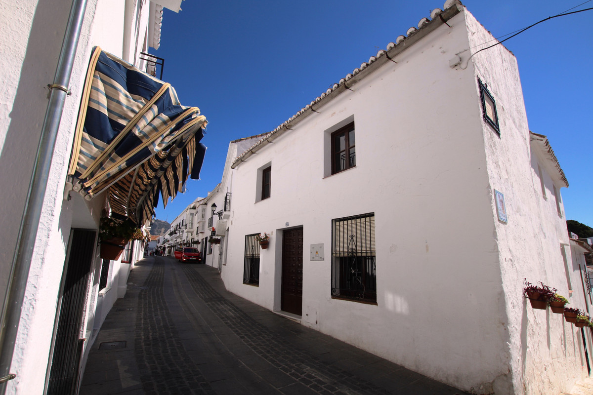 Semi-detached Village townhouse and 2 apartments in the heart of the village, close to all amenities,Spain