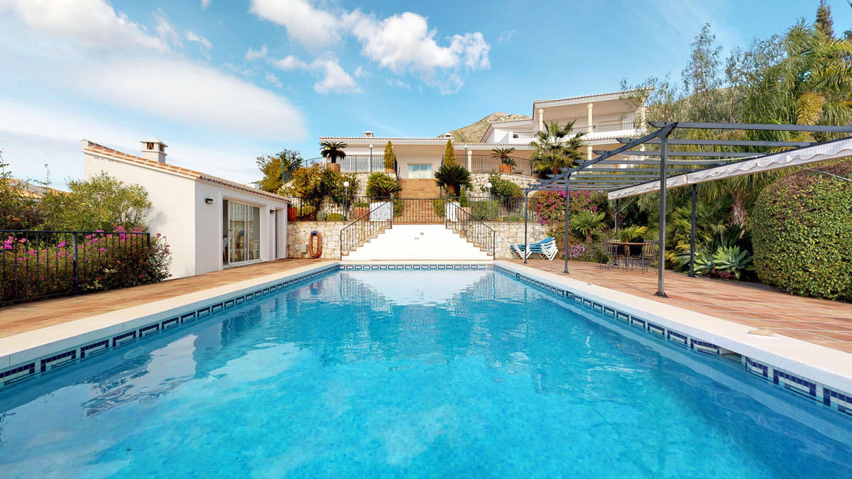 Stunning 5 beds contemporary style villa with great views located on one of the best urbanisations n, Spain