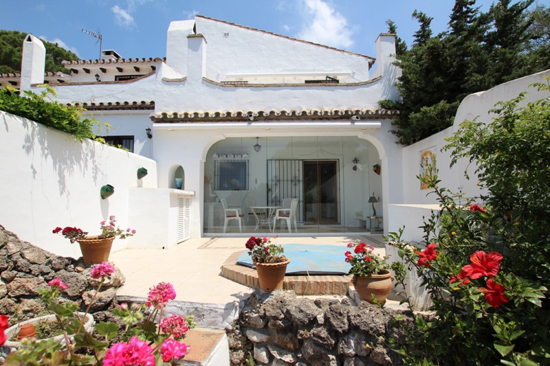 A beautiful and perfectly maintained townhouse, located in the heart of a prestigious and beautiful ,Spain