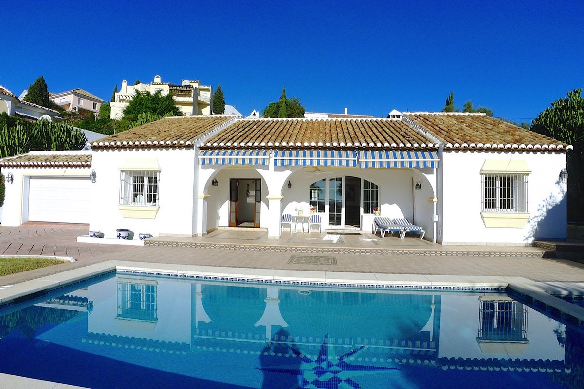 Superb 4 bed one level villa set in a truly exceptional location in popular Mijas Golf course. With Spain