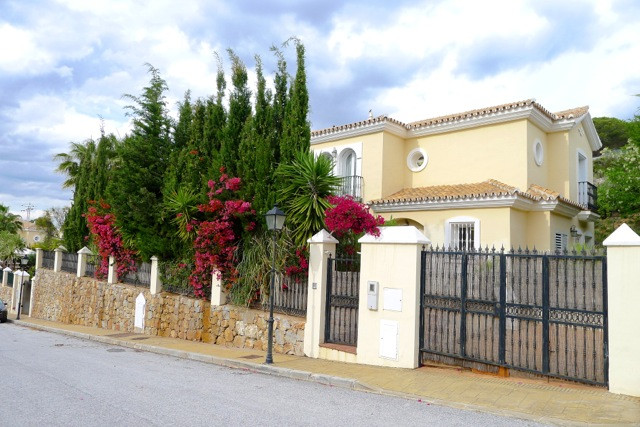 Beautiful 3 bed detached villa with lovely patio garden & private pool in a stunning golf resort, Spain