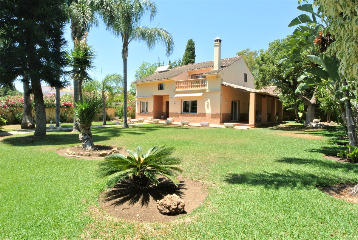 Villa located in a very private area, a few minutes walk to the beach (500m) and all services. The p,Spain