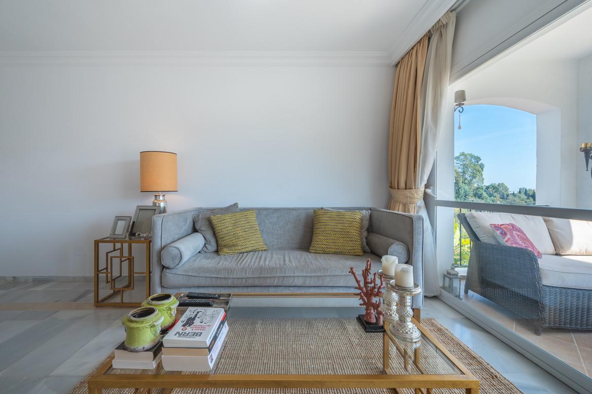 R3825187 | Middle Floor Apartment in Benahavís – € 235,000 – 2 beds, 2 baths