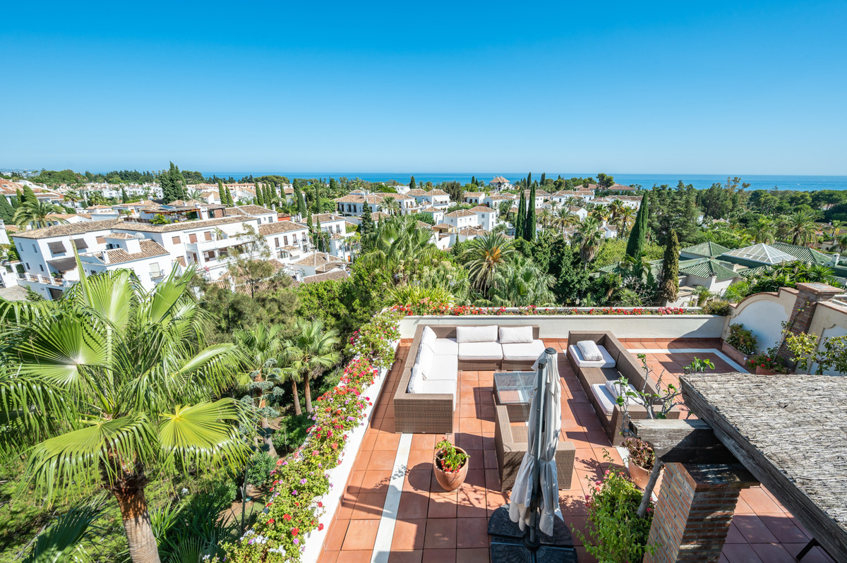 This luxury apartment is located in an exclusive urbanization in Las Lomas del Marbella Club, the he, Spain