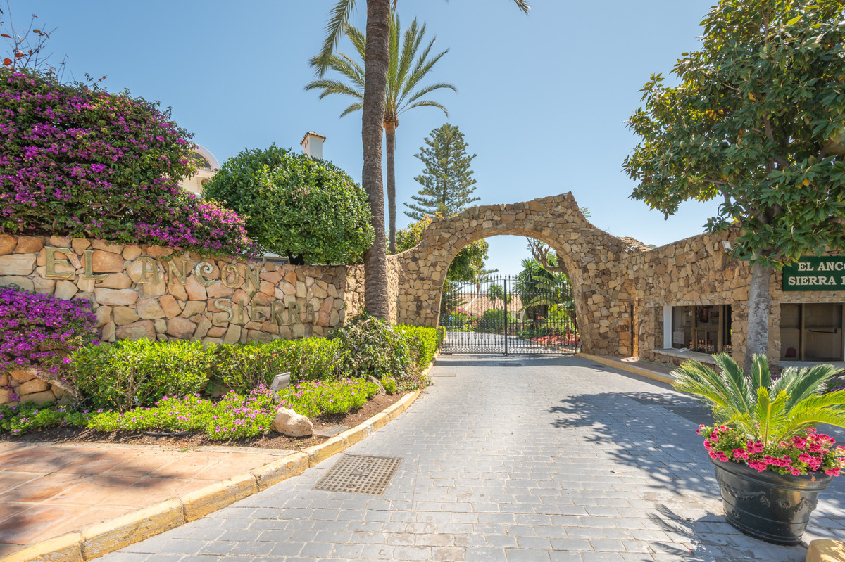 This stunning elevated ground floor apartment is located in one of the most prestigious developments,Spain