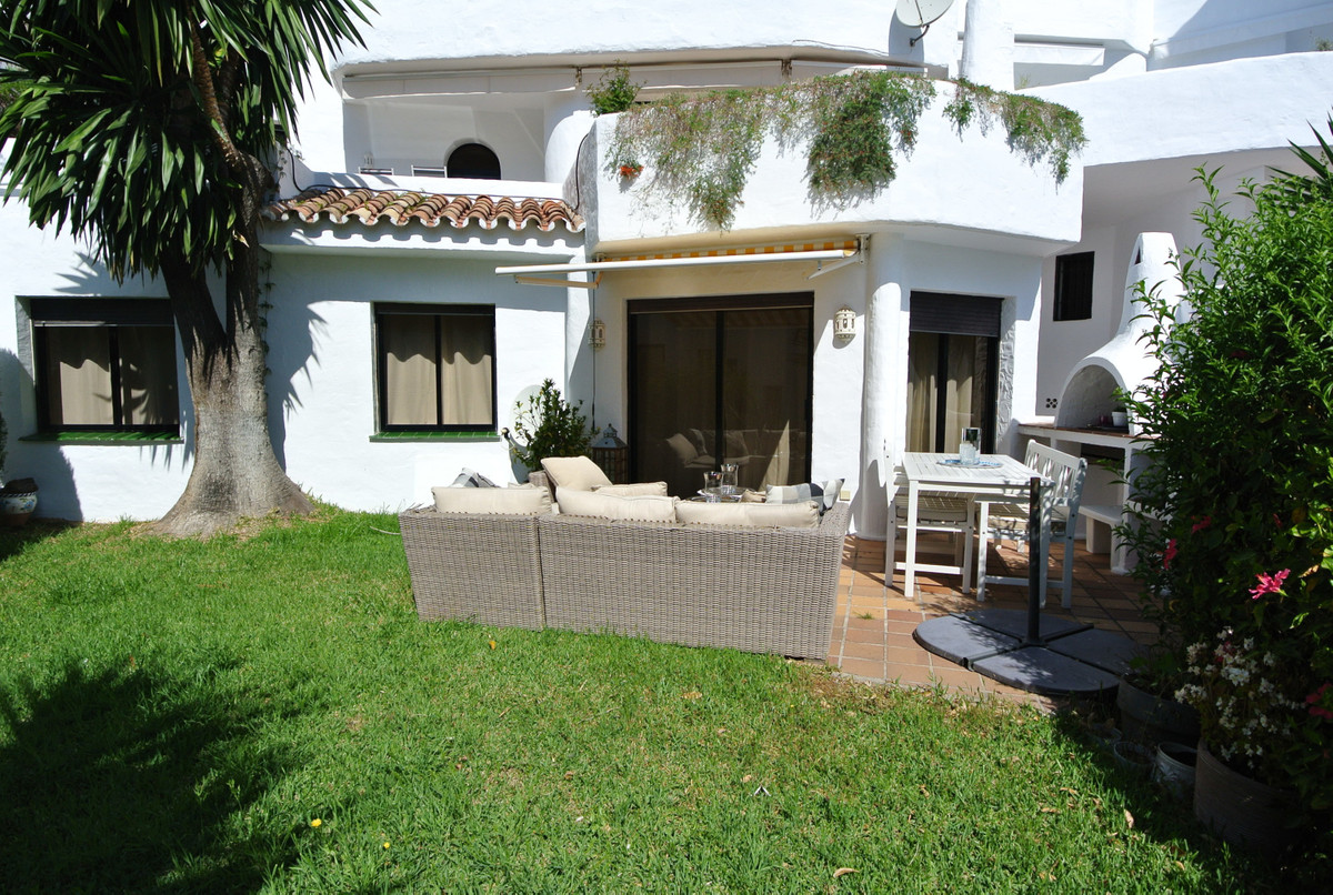 This lovely garden apartment is located in a popular urbanization in Las Lomas del Marbella Club. Ve, Spain