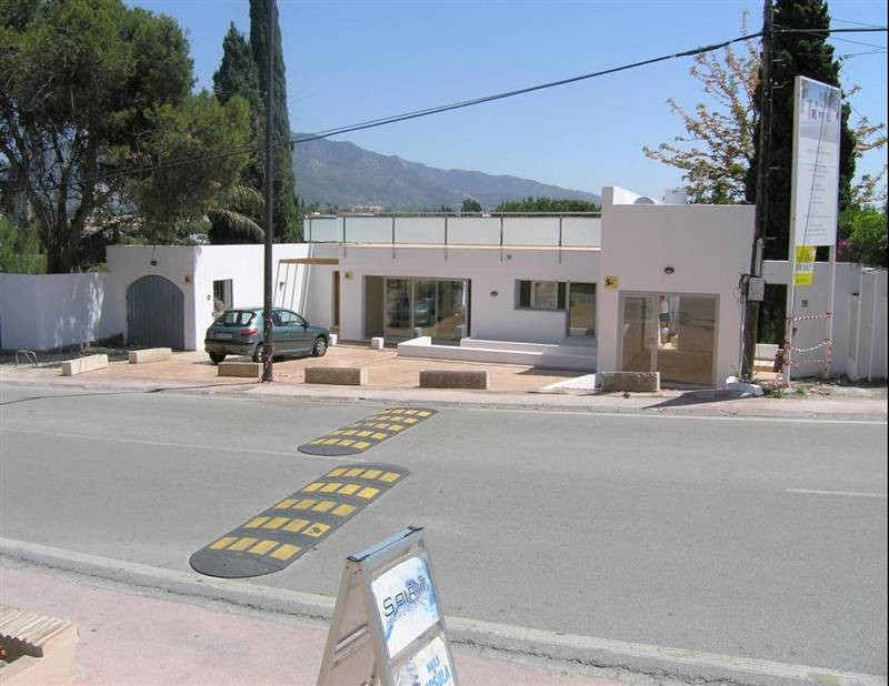 Commercial local of 180 m² with large roof terrace and a nicely renovated 3 bedroom apartment in the,Spain