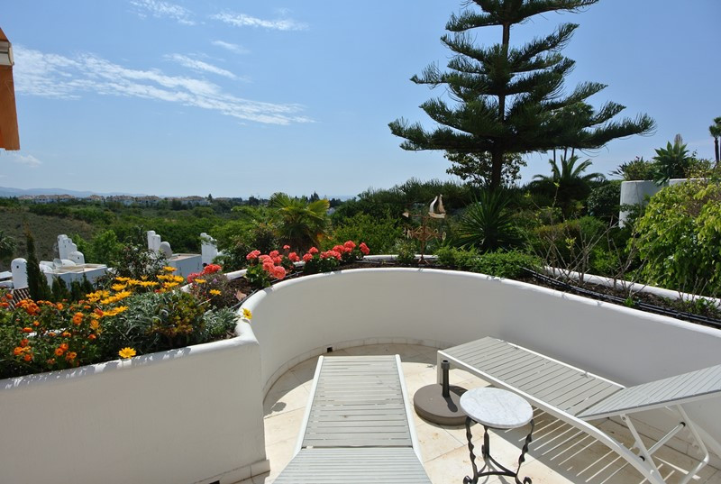 This bright middle floor apartment is located in a luxury development in Las Lomas del Marbella Club, Spain