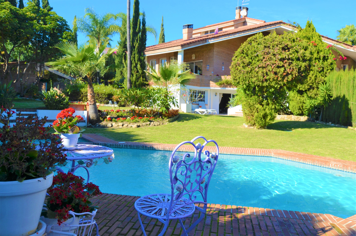 Welcome to this one of a kind villa in frontline golf position in Benahavis! The huge plot that cont, Spain