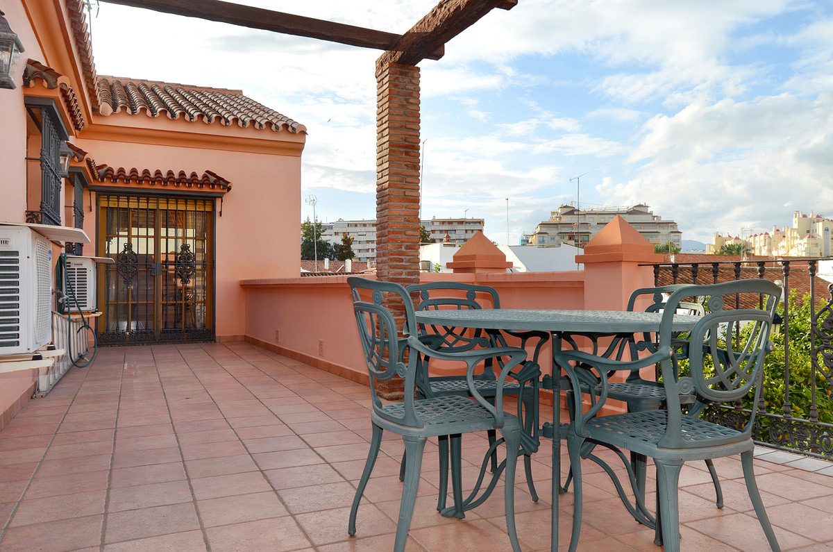 Welcome to this big townhouse in an amazing area of Estepona!  The home is situated in three minutes, Spain