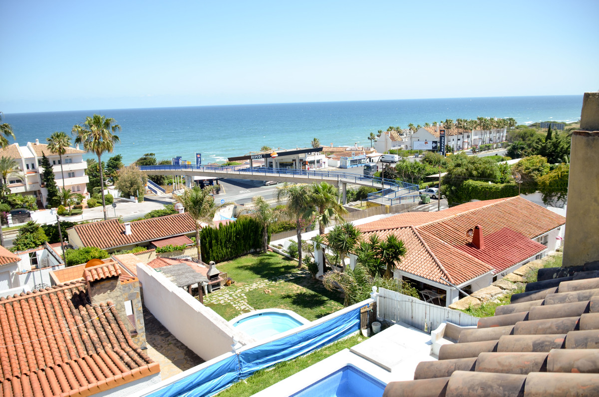 Detached Villa, Estepona, Costa del Sol. 5 Bedrooms, 3.5 Bathrooms, Built 231 m², Terrace 100 m², Ga Spain