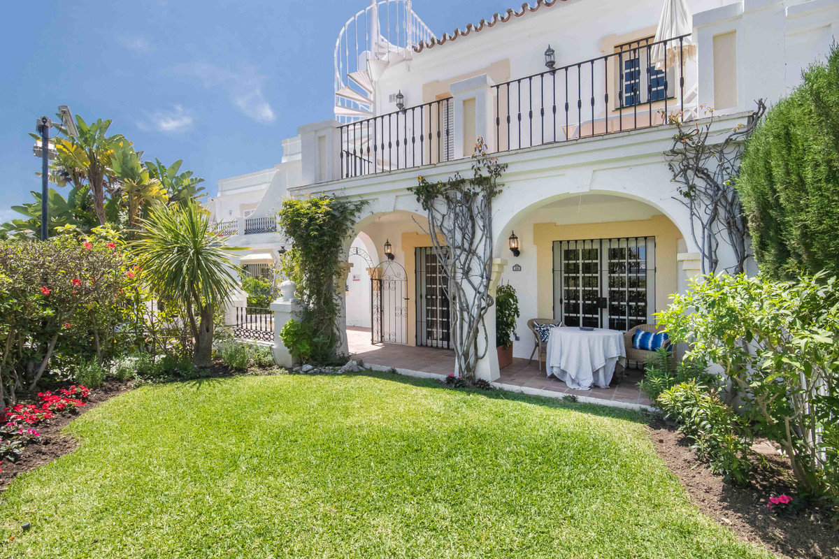 Beautiful townhouse in one of the most demanded areas in Nueva Andalucia - Aloha Pueblo. This corner,Spain