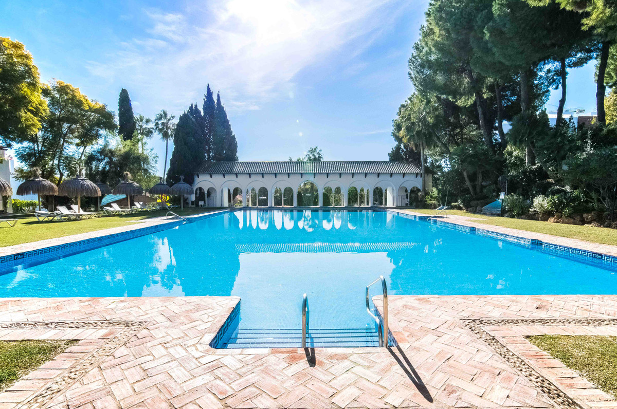 Great positioned apartment in the popular complex Senorio de Marbella.  The apartment consists of 2 , Spain
