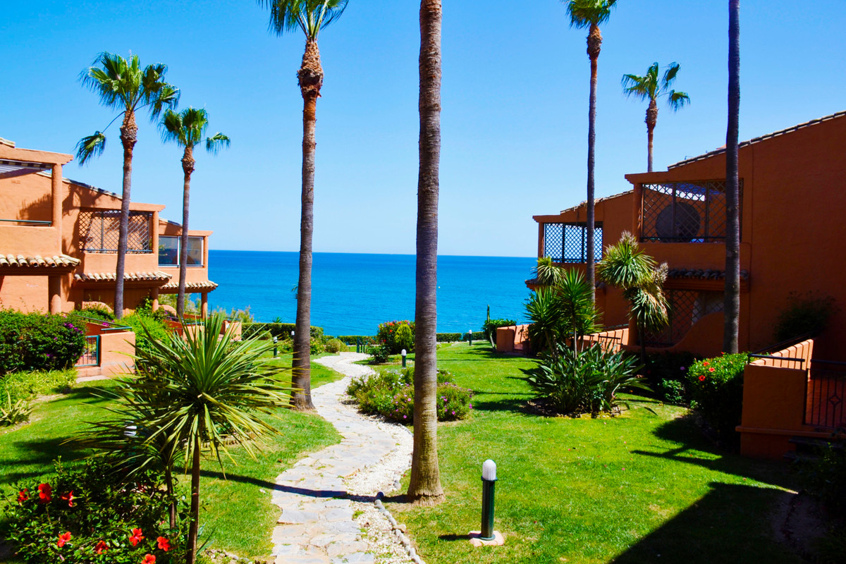 Estepona west , nice frontline groundfloor with direct acces to the garden and swimming pool , quiet,Spain