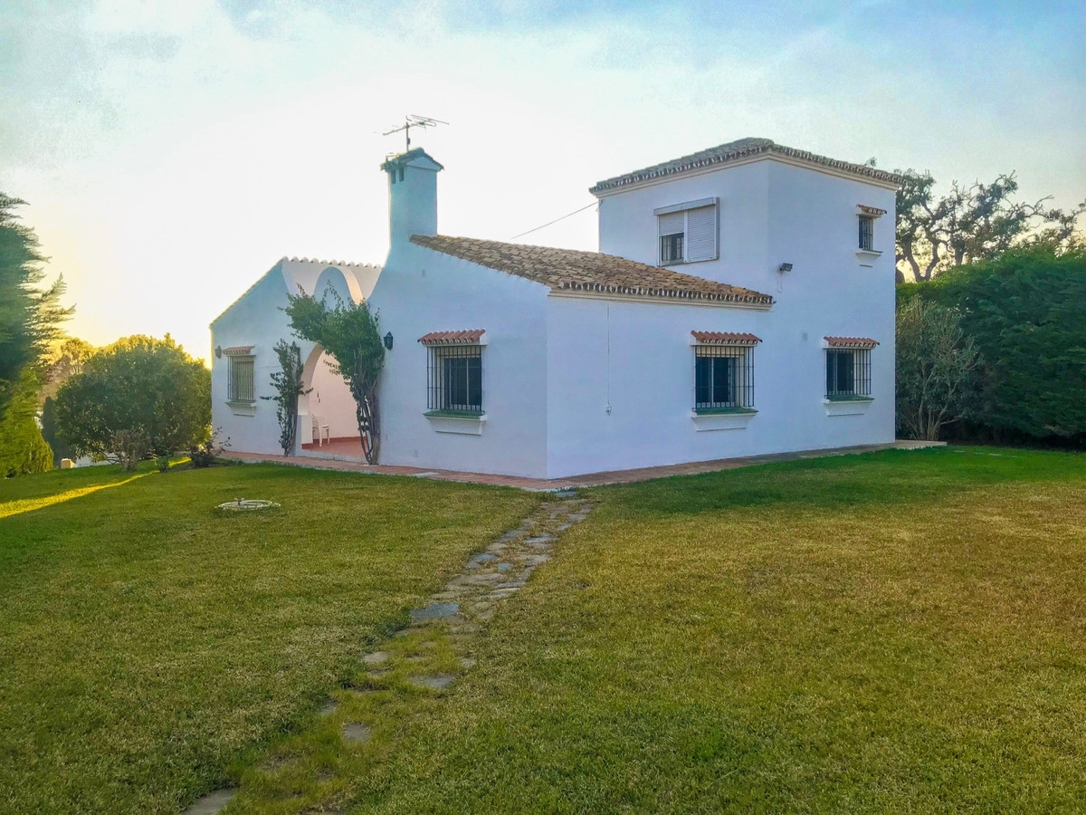 Comfortable villa located on the first line of golf. This villa consists of four bedrooms and two ba,Spain