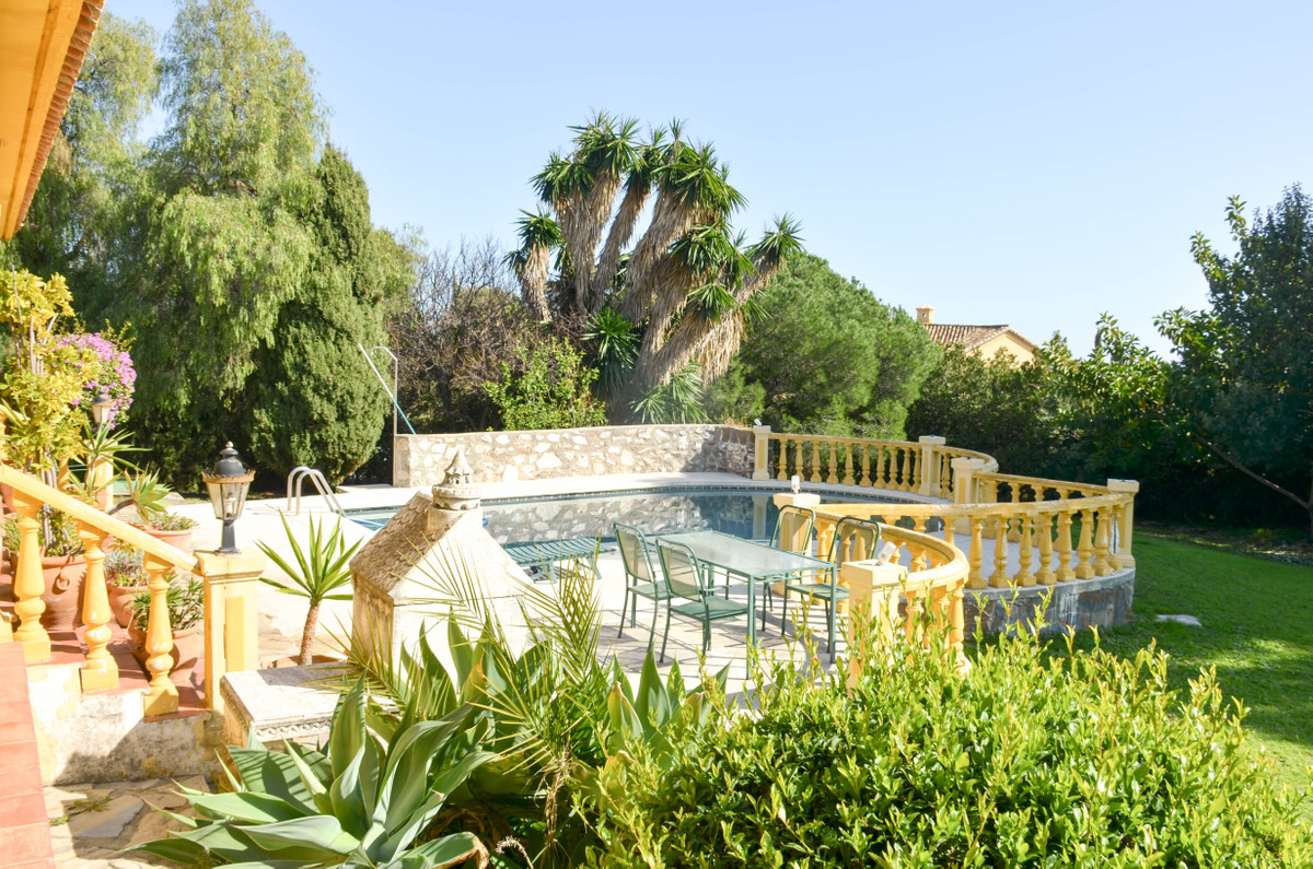 Detached Villa, El Paraiso, Costa del Sol. 4 Bedrooms, 4 Bathrooms, Built 380 m², Terrace 90 m².  Se, Spain