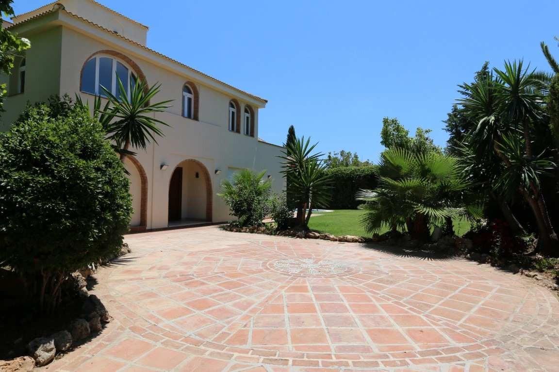 Detached Villa in Nueva Andalucía R3512239